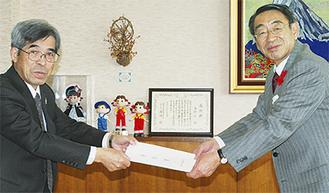 要請書を渡す古谷組合長(左)