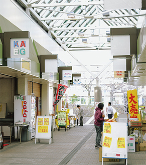 のぼり旗や店看板が並ぶ商店街