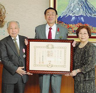旭日双光章を授章した香坂さん(左)