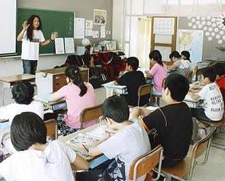 福島県川俣町で子どもたちを前に授業を行った。教壇に立っているのが木下さん。