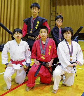 後列左から、内田康仁さん、石川朝日さん、前列左から内田妙子さん、遠藤留唯さん、内田素子さん