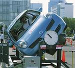 実際の車両を使用する「シートベルト体験」