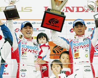 表彰台に上がった石浦さん(左)と脇阪さん