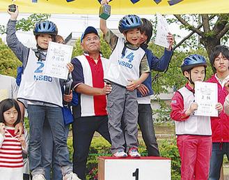 優勝した山本君(中央)と3位の中戸君(右)