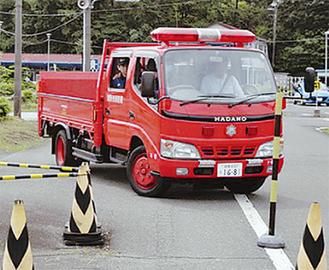 障害物を避ける消防車