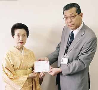 義援金を渡す五月会主(左)