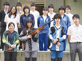 秦野曽屋高校ライフル射撃部の部員。前列左から関東大会に出場する小林真菜さん、石黒菜々さん、全国大会に出場する富田翔さん