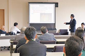 石井署長から薬物の講習を受ける参加者