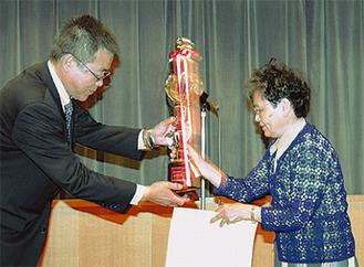 市長賞の遠藤さん(右)