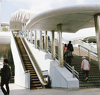階段で駅に向かう利用者