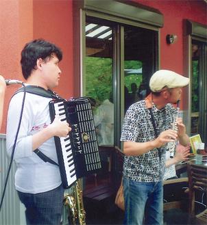 ステージで演奏を披露する熊坂さん(左)とモリブさん