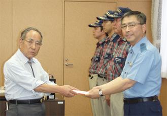 石井署長(右)に手渡す内藤会長
