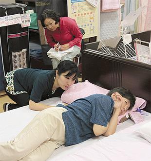 自分に適した枕の高さを体験