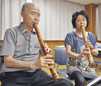 尺八を演奏する星さん(左)と桐ヶ谷さん