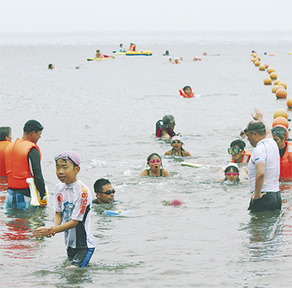 伴泳者の励ましを受けて泳ぎきった児童