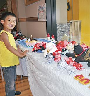 カラフルな金魚や猫のぬいぐるみは子どもにも人気