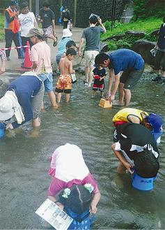 昨年の川遊び体験の様子