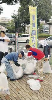 朝の爽やかな空気のなか行った清掃で、多くのゴミが集まった