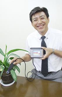製品を持つ笹子社長