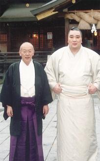 同神社境内で並ぶ2人