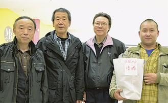 優勝した松井さん(右端)と駅前通り商店会A