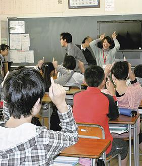 保育士の教室で手遊びを学ぶ生徒