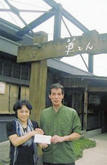お店を訪れたツートン青木さん(左)に義援金を手渡した加藤さん
