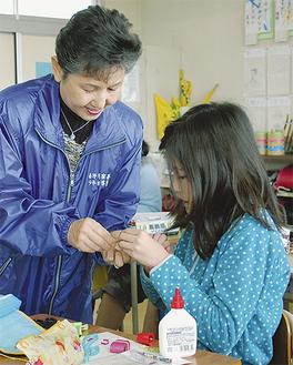 記念品のミニランドセルを準備する児童