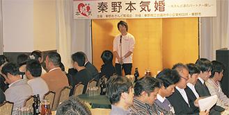 関野会長の挨拶をやや緊張した面持ちで聞く参加者