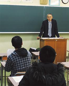 生徒に質問する社会保険労務士の野崎さん
