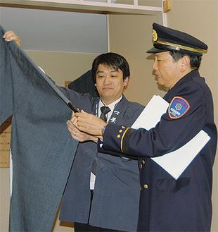 のれんを確認する小松消防長(右)
