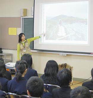 丹沢の写真を見せながら説明する柳川さん