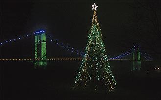闇夜に浮かび上がる「風の吊り橋」とクリスマスツリー