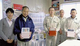 小宮社長(左)とカロートを製作した職人ら