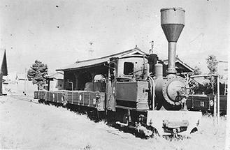 当時の機関車と貨車
