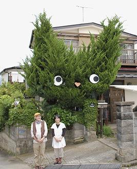 高さ約7mの猫の木と、小嶋夫妻
