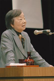 檀上で記念講演を披露した平岩さん