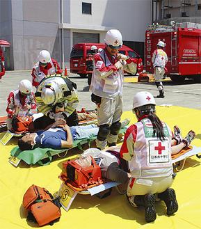 負傷者の応急処置訓練の様子