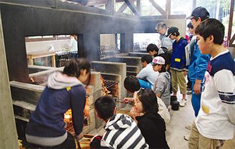 炊き出しを学ぶ参加者ら