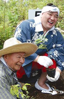 植樹する日馬富士関(右)と宮脇教授(左)