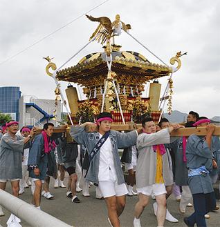 町内を練り歩く一番組の神輿