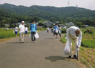 ゴミを拾って歩く参加者
