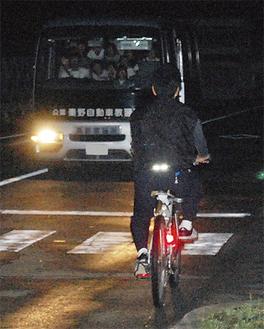 車内から自転車を見る児童たち