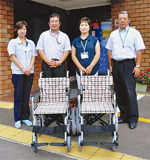 車椅子を届けた守屋さん(中央左)