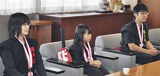 左から内田素子さん、竹内妃那さん、内田康仁さん