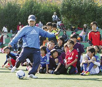 子ども達にボールの蹴り方を教える木村さん