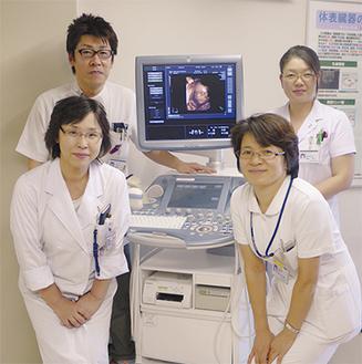 黒石正子次長(左下)と横山紀代美師長(右下)と臨床検査室スタッフ