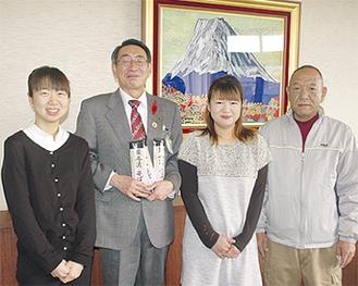 そばを贈った石井社長(右)と家族たち