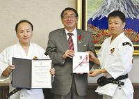 左から小松理事、古谷市長、飯田会長