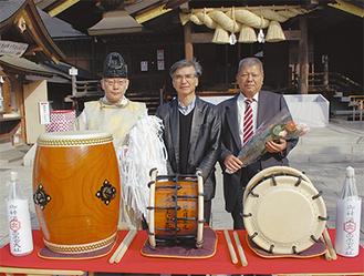 出雲大社でお浄めをした太鼓を寄贈した望月さん(右)と芦川会長(中央)